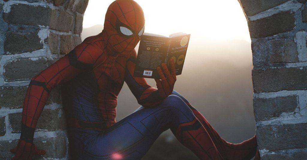 spiderman legge un libro